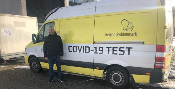 Kiilto-direktør Bo Eriksen foran covid-19-testbilen
